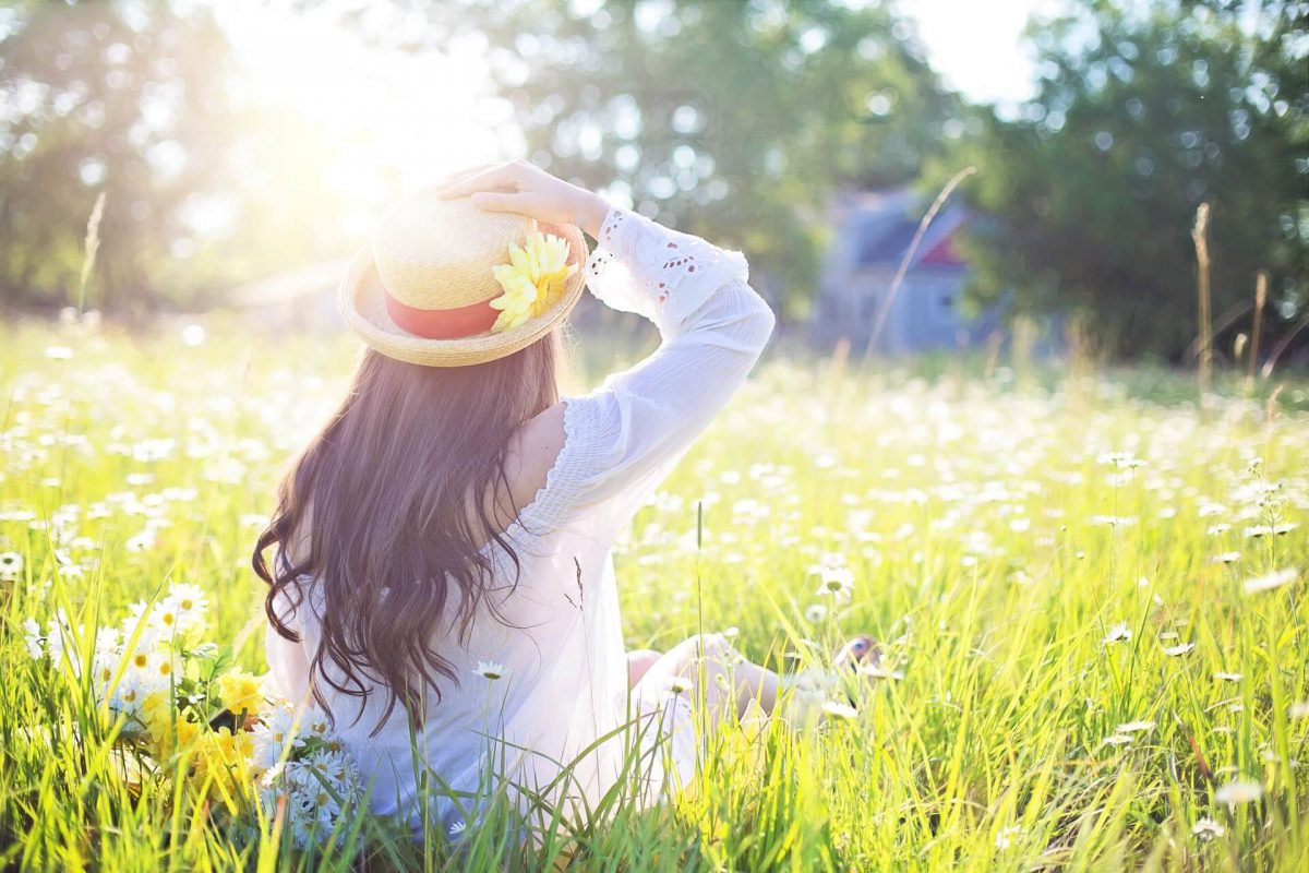 Dziewczyna-w-kapeluszu-na-trawie