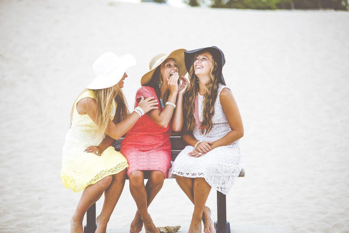 Trzy-dziewczyny-na-lawce