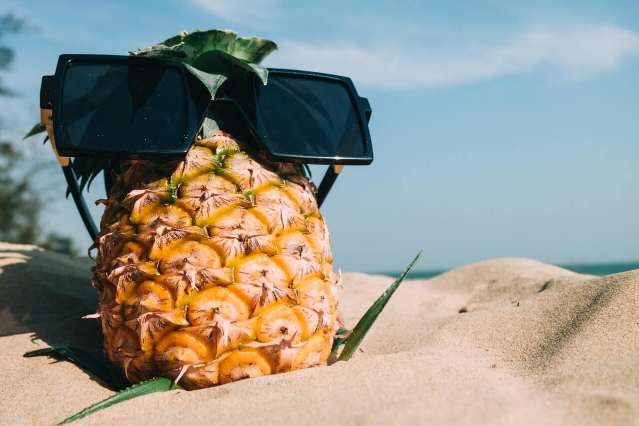 Ananas-na-plazy-w-okularach-przeciwslonecznych