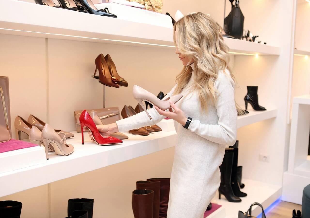 Blondynka-w-sklepie-z-butami