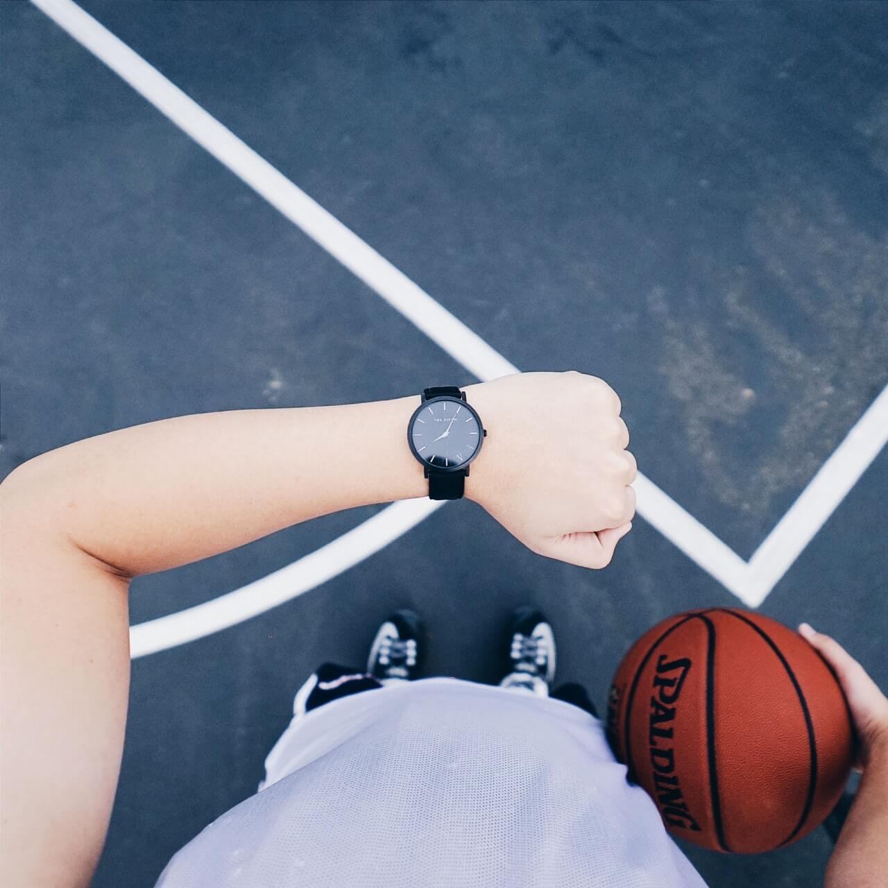 Zegarek-meski-pilka-od-koszykowki-na-tle-boiska