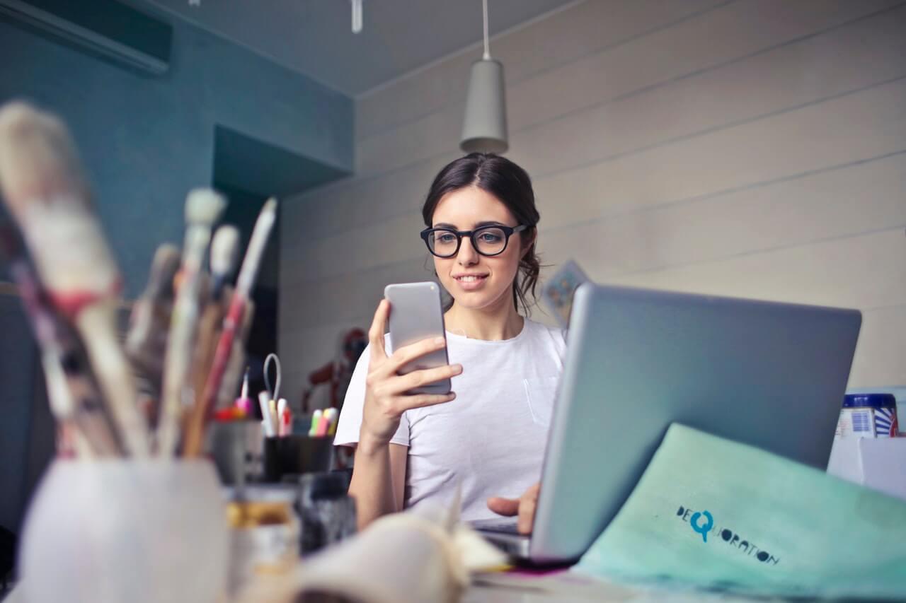 Dziewczyna-w-okularach-patrzaca-w-telefon