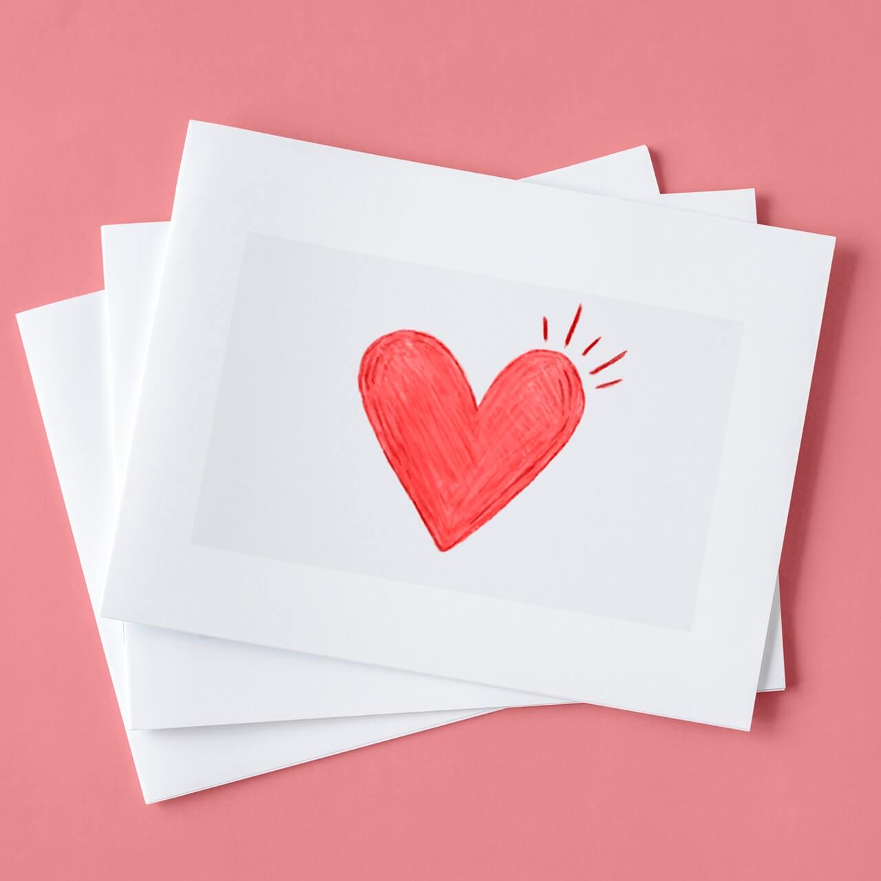 Koperta-z-namalowanym-sercem-na-rozowym-tle