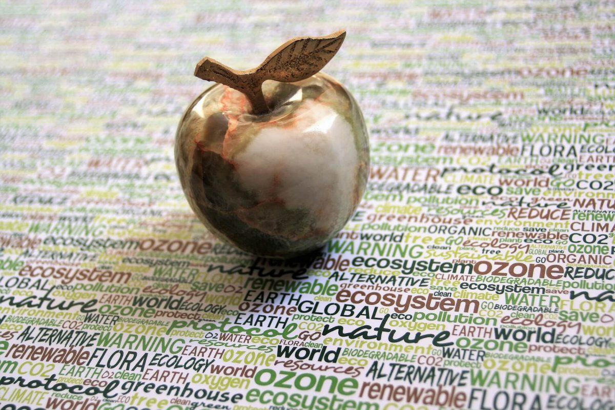 Zlote-jablko-na-arkuszu-zapisanego-kolorowymi-slowami