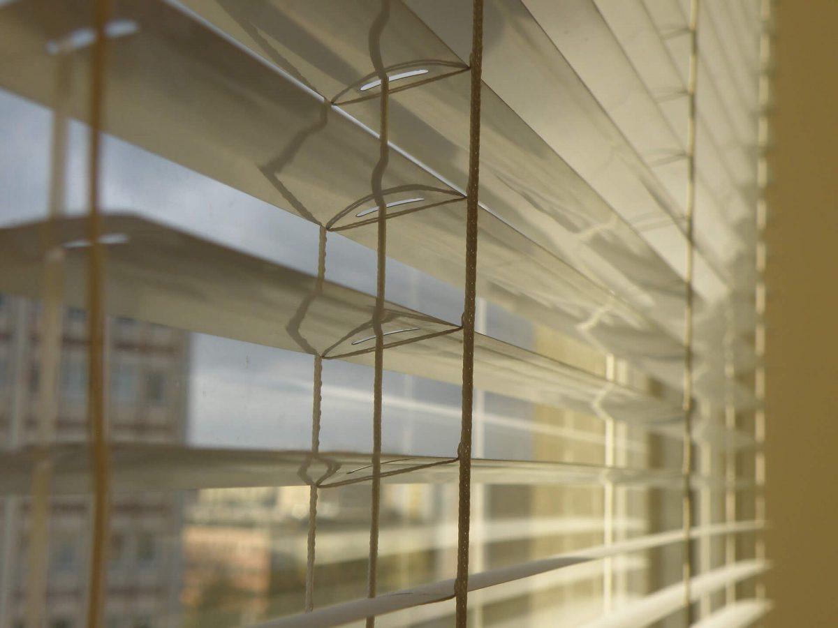 Rolety-na-oknie-wewnatrz-mieszkania