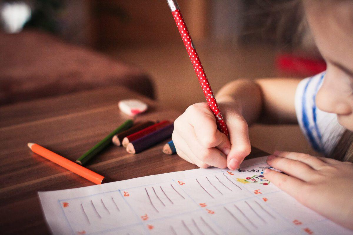 Dziecko-rozwiazujace-zadania-domowe