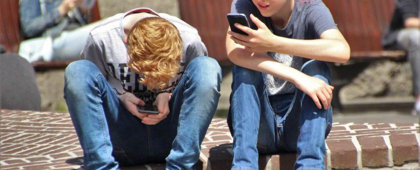 Kiedy jest najlepszy moment na kupienie dziecku telefonu?