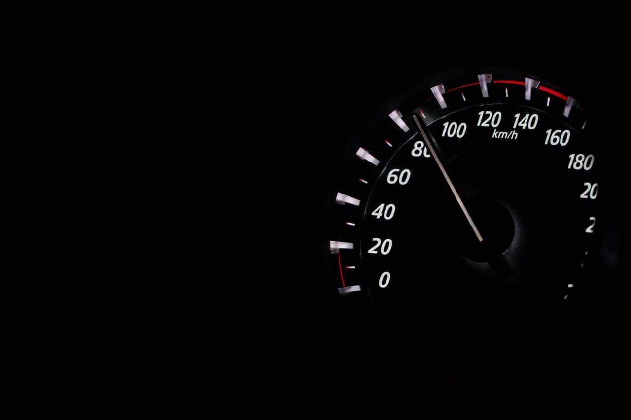 Zegar-samochodowy-na-czarnym-tle