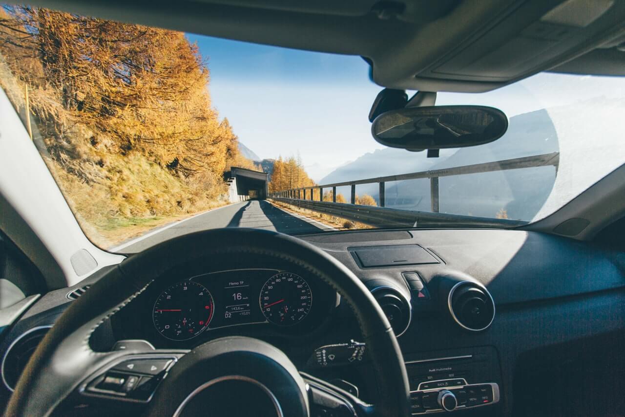 Widok-zza-kierownicy-w-samochodzie