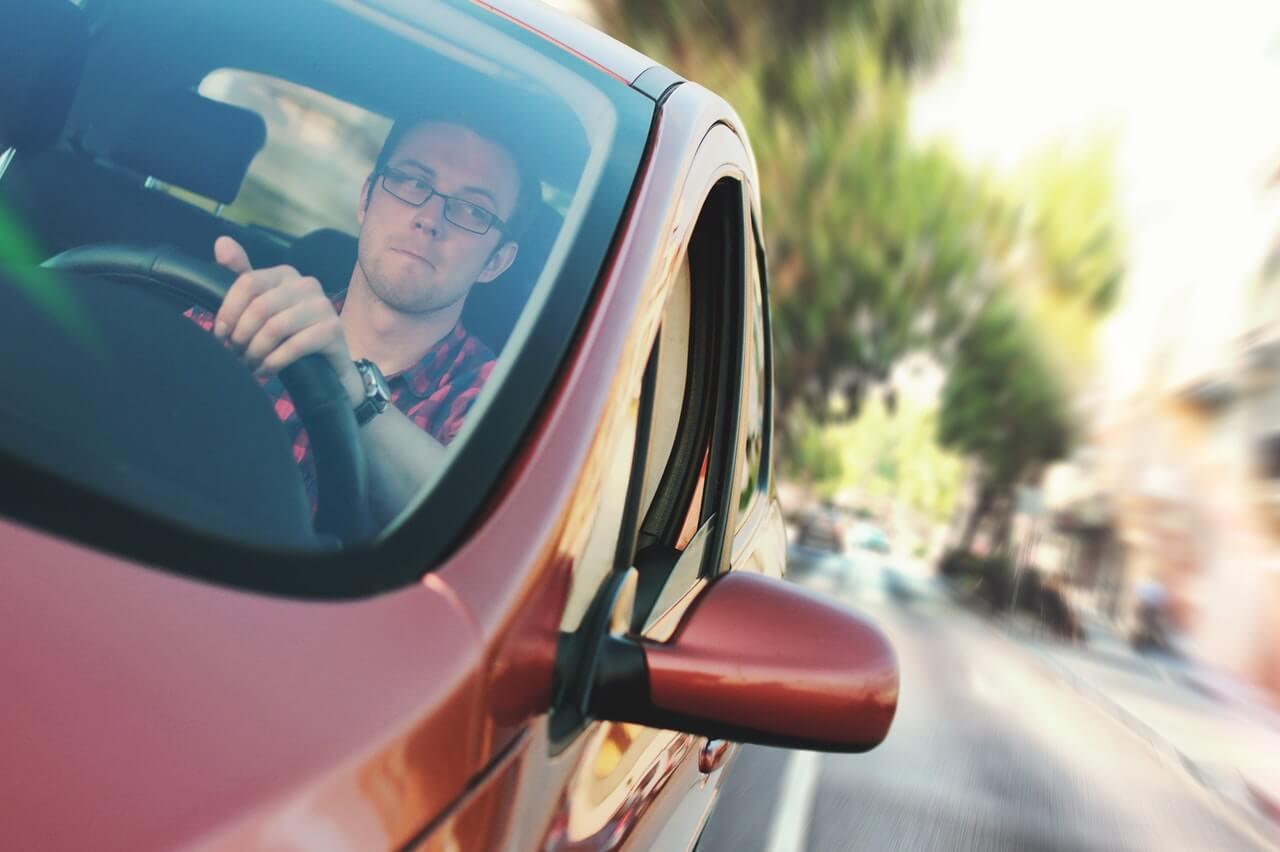 Kierowca-w-czerwonym-samochodzie