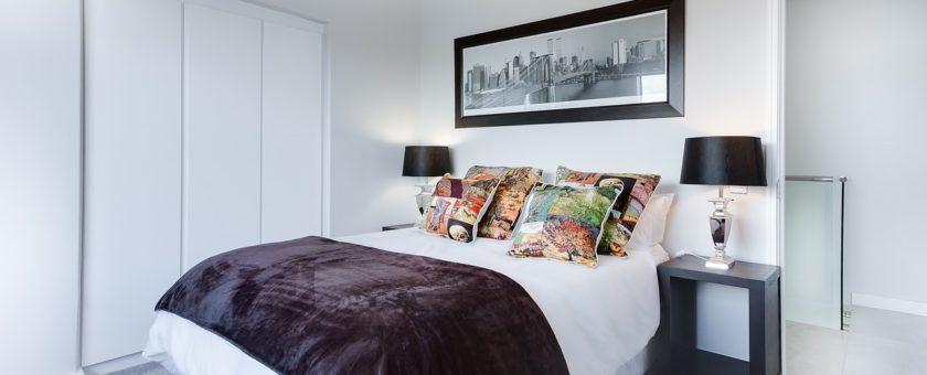 Jaką szafę kupić do małej sypialni – poradnik