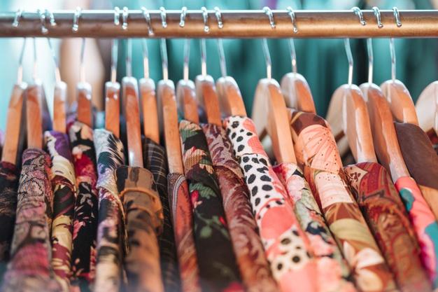 Jak wyposażyć garderobę – szafy, stojaki, regał na buty?