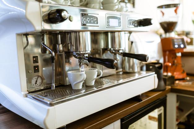 Jak poprawnie odkamienić domowy ekspres do kawy?